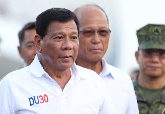 Le président philippin, Rodrigo Duterte, visite un chantier naval chinois à Davao, dans le sud de l'archipel, lundi 1er mai.