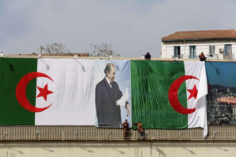 Des employés de la mairie d'Alger installent un portrait géant du président Bouteflika avant les législatives du 4 mai.