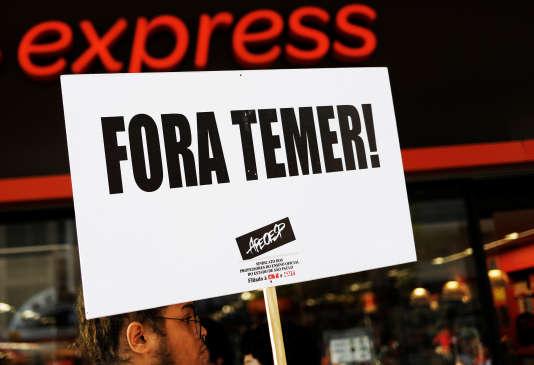 Un panneau « Fora Temer» (dégage Temer !) tenu par un enseignant lors des manifestations du 1er mai 2017 à Sao Paulo. Le président Michel Temer n'échappe pas aux soupçons de corruption qui gangrènent la vie politique brésilienne.