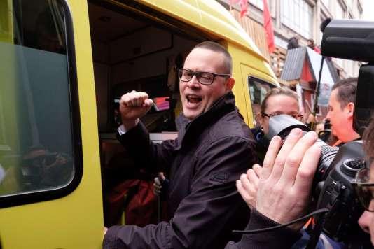 Raoul Hedebouw, député du PTB (Parti du travail de Belgique), monte dans une ambulance après avoir été poignardé lors d'un rassemblement pour le 1er Mai à Liège.
