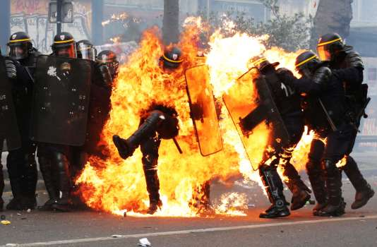 Des heurts ont éclaté entre les forces de l'ordre et des Black Bloc, lundi 1er mai à Paris.