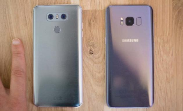 Le lecteur d'empreinte digitale est situé au dos du smartphone.