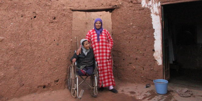 Malika, et son fils Hassan, 16ans, qui souffre de malvoyance et de retards psychomoteurs et mentaux, dans leur maison près du village de Sidi Rahal. Deux des six enfants de Malika sont atteints de maladies génétiques.