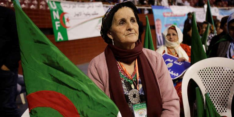 Une partisane du Front de libération nationale (FLN) participe à un rassemblement de campagne à Alger, le 28 avril.