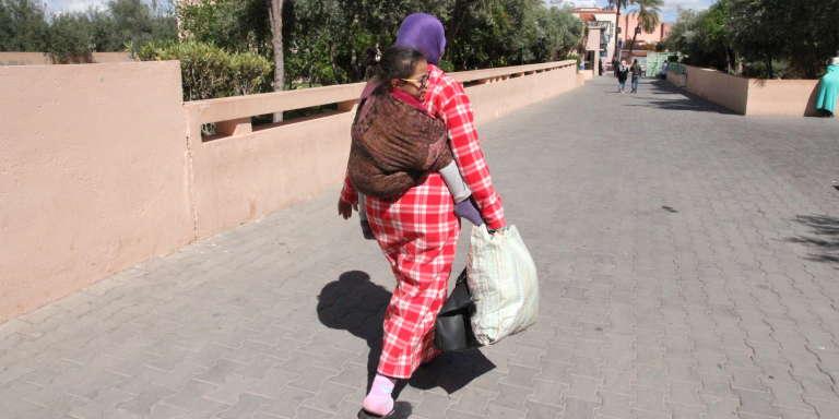 Une fois par semaine, Malika parcourt 50 km à pied et en voiture, pour conduire au CHU de Marrakech sa fille Mouna, 6 ans, paralysée des jambes à cause d'une pathologie liée à la consanguinité.