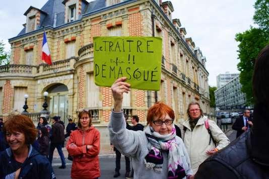 Yvonne Aubertin, 83ans, est venue protester contre le ralliement de Nicolas Dupont-Aignan à Marine Le Pen.