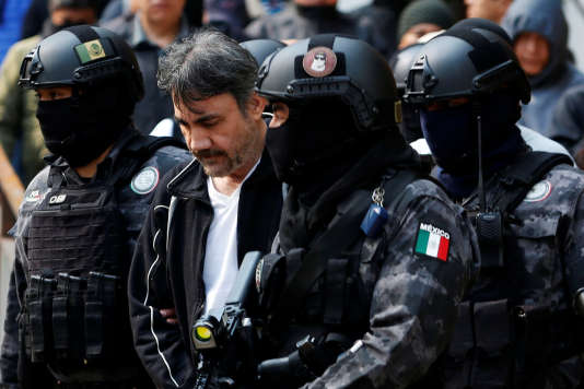 Le baron de la drogue Damaso Lopez escorté par la police après son arrestation, à Mexico City, au Mexique, le 2 mai 2017.