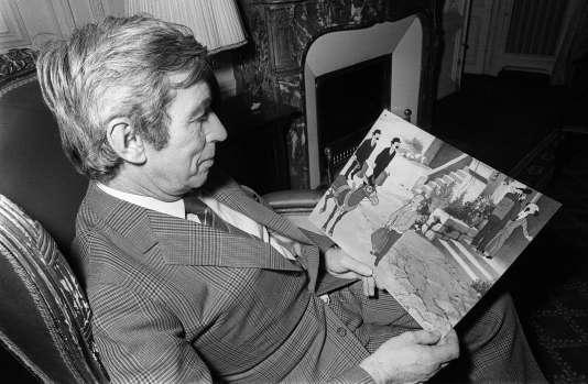 L'auteur de bande dessinée Georges Remi, dit Hergé, créateur du personnage de Tintin, lit les dernières aventures de son héros, «Tintin et le lac aux requins», le 7 décembre 1972.