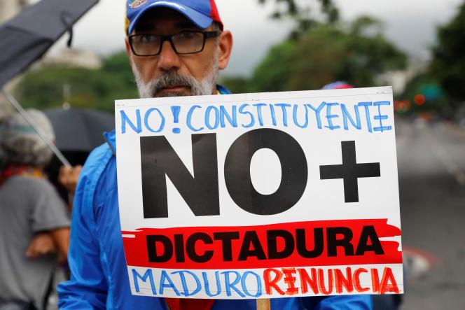 Un manifestant contre le président Maduro.