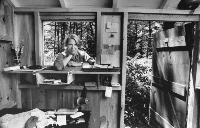 L'écrivaine américaine Annie Dillard à la fenêtre de sa « cabane d'écriture », dans le Massachusetts, en 1987.