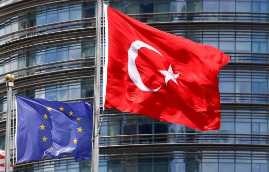 Un drapeau européen et un drapeau turc devant un hôtel, à Istanbul, le 4 mai 2016.