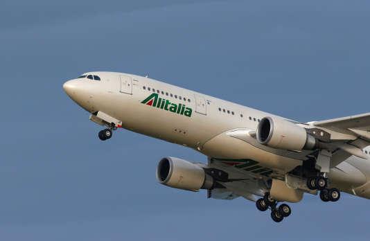 Un avion Alitalia décolle de l'aéroport international de Fiumicino, à Rome, le 12 février 2016.