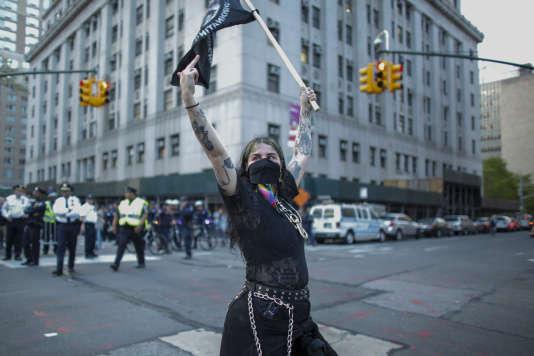 Une manifestante fait un doigt d'honneur à un groupe de pro-Trump à New York, lundi 1er mai.
