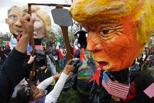 Un manifestant brandit un Trump en papier mâché, à Chicago, lundi 1er mai.