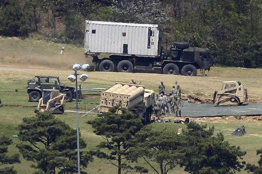 Des soldats américains en train d'installer le système de défense.