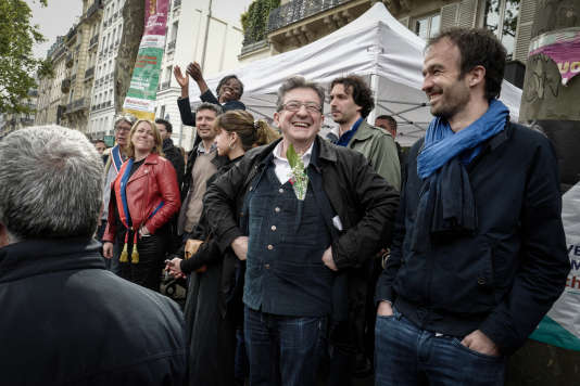 Jean-Luc Mélenchon avec des sympathisants de son mouvement, boulevard Beaumarchais à Paris le 1er mai.