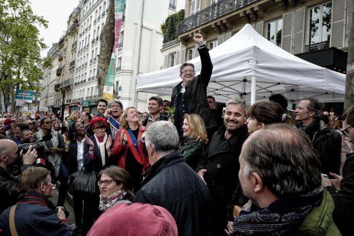 Jean-Luc Mélenchon participe à un rassemblement avec des sympathisants de son mouvement, le 1er mai 2017 à Paris, en marge des défilés traditionnels de la fête du travail.