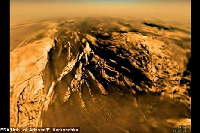 Le relief de Titan, la principale lune de Saturne, alterne les étendues de sable et les zones très accidentées.