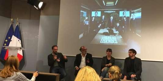 Au centre,Alex Berger, le producteur de la série, et Camille de Castelnau, scénariste, à sa gauche.
