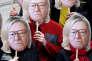 Des activistes portent des masques représentant le visage de Jean-Marie Le Pen, le fondateur du Front national français, avec les cheveux de sa fille Marine Le Pen, candidate du Front national (FN) à l'élection présidentielle 2017, au défilé du 1er mai.