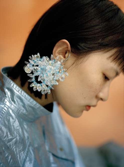 Robe en coton métallique et boucle d'oreille en cristal, Kenzo.