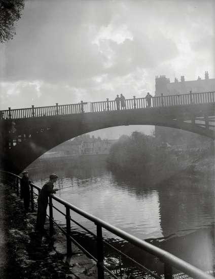 Octobre 1934, sur la rivière Avon qui traverse la ville.
