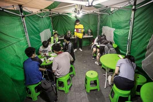 Devant les véhicules, des tentes accueillent les jeunes sans-abri venus se restaurer et parler avec les adultes bénévoles et les avocats.