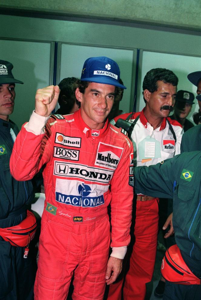 Ayrton Senna célèbre sa 54e pôle position, le 23 mars 1991, au Grand Prix du Brésil.