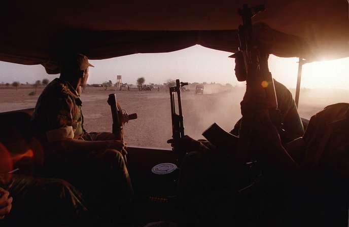 Des soldats maliens se dirigent à bord de camions vers un lieu de manoeuvres, le 27 février 2017 à Kidira, dans l'ouest du Mali, à la frontière burkinabée.