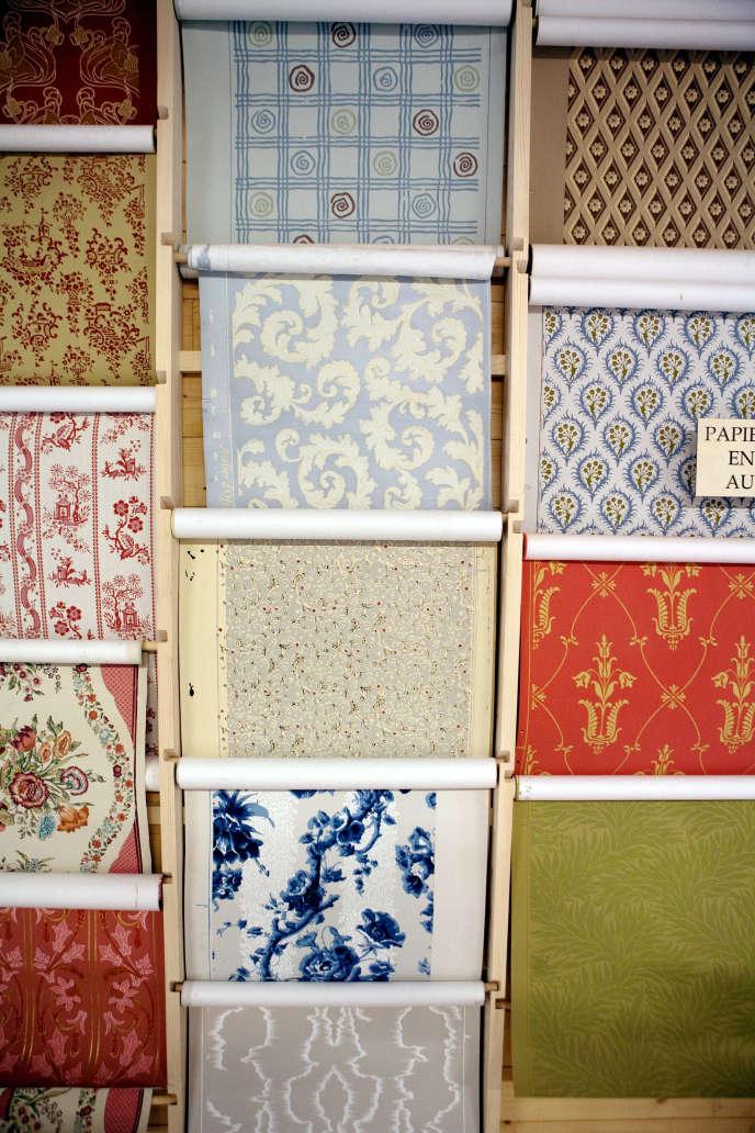 Intérieur de l'atelier de création artisanale de papier peint à la planche, selon une technique de fabrication ancestrale.