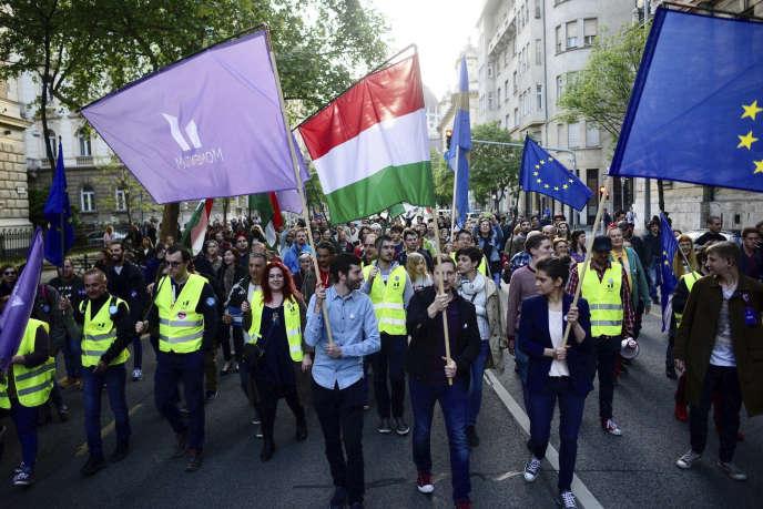 Andras Fekete-Gyor (en chemise bleue), président de Momentum, et des milliers de pro-européens ont manifesté, à Budapest (Hongrie), le 1ermai.
