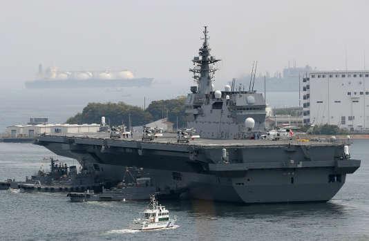 Lundi, le porte-hélicoptères «Izumo»,fleuron des forces maritimes d'autodéfense, a escorté un bâtiment de ravitaillement américain au large de la côte Pacifique de l'Archipel.