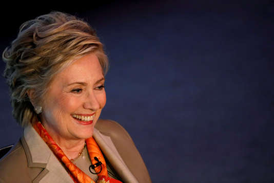 En parallèle, Hillary Clinton écrit un livre sur sa défaite de 2016, prévu pour l'automne.