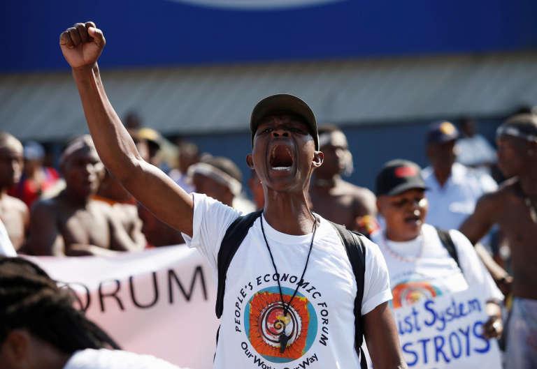 Des manifestants rassemblés à l'occasion du Forum économique mondial, le 3 mai.