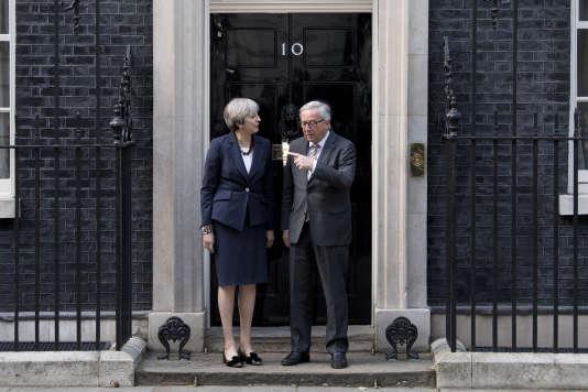Le président de la Commission européenne, Jean-Claude Juncker, et la première ministre britannique, Theresa May, le 26 avril à Downing Street.