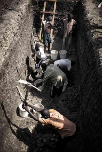 Des hommes de l'ethnie shilluk creusent des fossés dans le camp de protection des civils de la Mission des Nations unies au Soudan du Sud, la Minuss, près de Malakal, à l'approche de la saison des pluies, pour prévenir notamment une épidémie de choléra. Ce camp est censé accueillir 20 000 déplacés mais ils sont actuellement 33000.