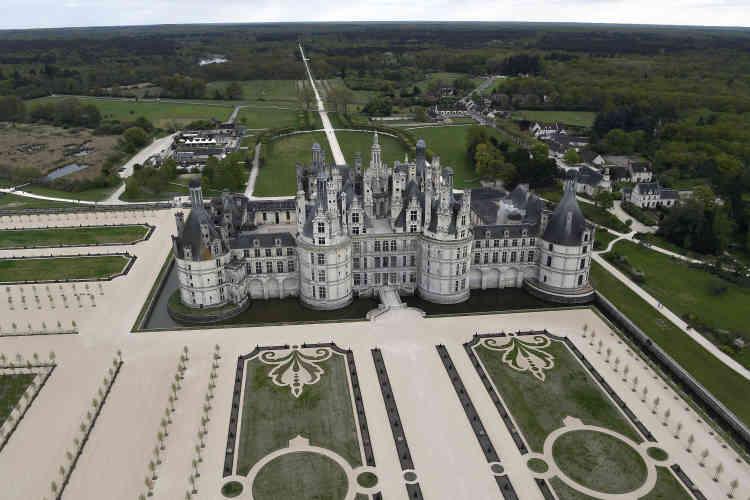 Les parterres, avec leurs broderies de gazon, ont été repris de tracés du XVIIIe siècle, contemporains du règne de Louis XV.