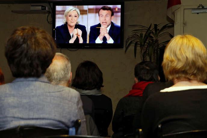 «Pourquoi ne pas reprendre l'ensemble des argumentaires des candidats en ne leur opposant pas seulement des faits, mais en revisitant aussi les conclusions que l'on peut tirer des faits et des statistiques ?» (Photo : le débat de l'entre-deux-tours suivi par des téléspectateurs dans un bar de Biarritz (Pyrénées-Atlantiques), mercredi 3 mai.