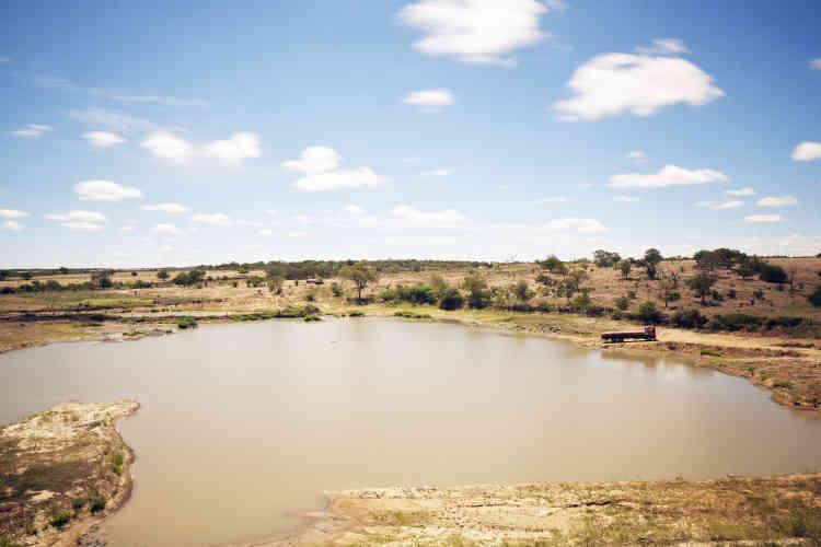 Point d'eau et camion citerne dans le paysage désertique de la caatinga (maquis local) du secteur de la «Baixa Esperança», le plus sec du Pernambouc.