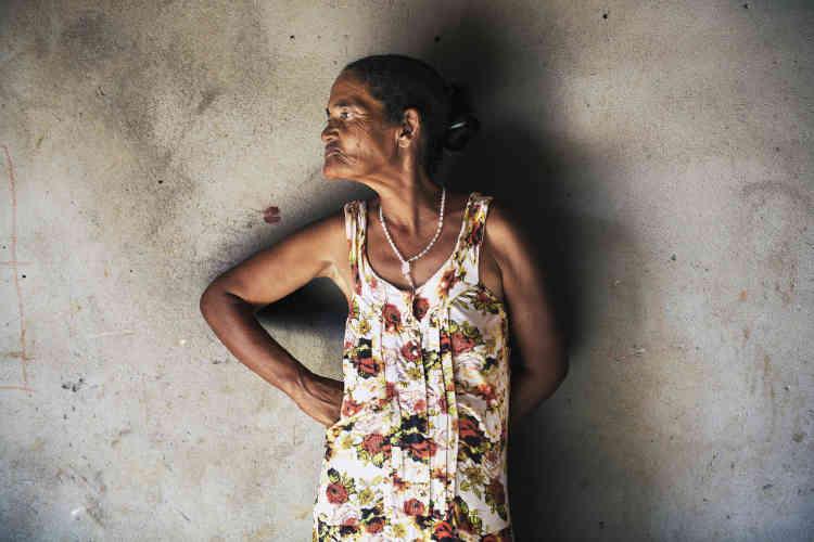 Maria das Graças dos Santos Pereira, 54 ans. Dans sa maison construite en terre, la seule source de lumière est la porte.