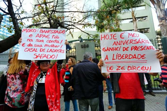 Des Brésiliens manifestent contre la décision de la Cour suprême de relâcher José Dirceu, le 3 mai à Curitiba.