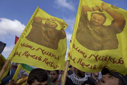 Les manifestants brandissaientdes drapeaux frappés de l'emblématique image du leader de la grève, surnommé le Mandela palestinien, Marwan Barghouthi, mains menottées brandies dans son habit marron de prisonnier.