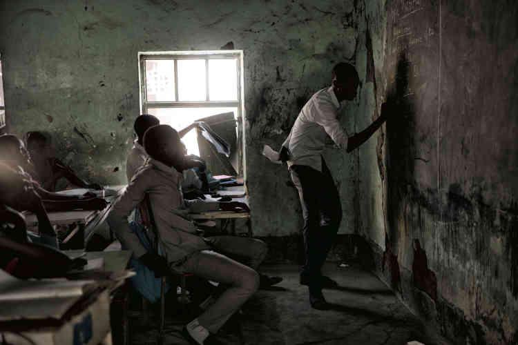 Un professeur enseigne les mathématiques à des écoliers dans une salle de classe de Malakal.