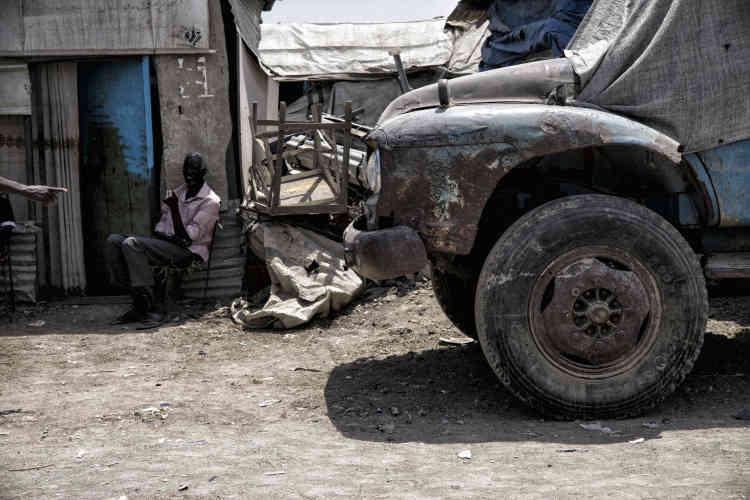 Une homme de l'ethnie shilluk se repose devant son abri du camp de protection des civils, près de Malakal.