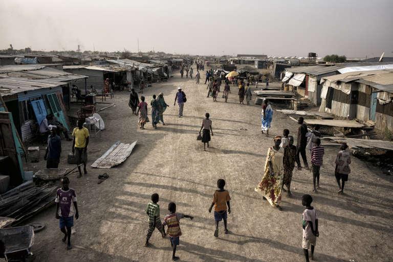 Vue de l'artère principale du camp de protection des civils de la Mission des Nations unies au Soudan du Sud, près de Malakal.