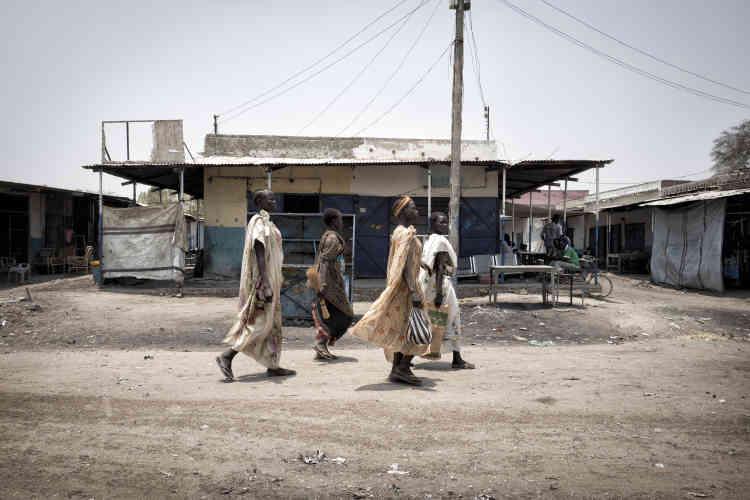 Des femmes shilluk du camp de protection des civils marchent en groupe dans la ville de Malakal. Seules les femmes de cette ethnie peuvent sortir du camp pour commercer en ville. Les autorités de Malakal tentent ainsi de dynamiser l'économie de Malakal qui s'est effondrée. Ces femmes restent vigilantes pour éviter d'être attaquées ou violées.