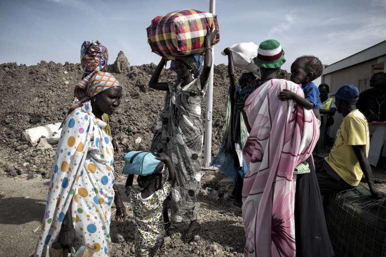 Des femmes shilluk quittent définitivement le camp. Elles fuient avec leurs enfants vers le Soudan voisin. Les hommes, forcés de rester dans le camp encerclé par l'armée, risquent d'être exécutés par les forces gouvernementales et leurs milices s'ils s'aventurent à l'extérieur.