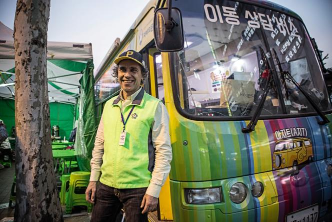 Le missionnaire italien Vincenzo Bordo a organisé un service de 9 bus qui sillonnent les rues de Seongnam, au sud de Séoul.