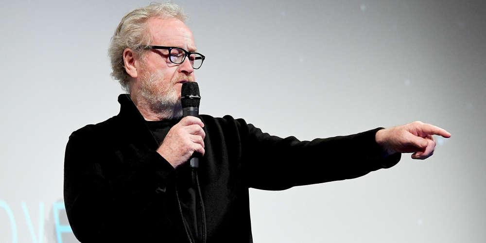 """Tel un vieux roi de retour d'exil, le cinéaste britannique fait valoir sa suzeraineté sur le monde des Aliens dont il a été chassé pendant des décennies. La reconquête a commencé il y a cinq ans, avec «Prometheus» (2012), un gros film situé un siècle avant les événements décrits dans «Alien, le huitième passager», sorti en mai 1979.A bientôt 80 ans (il les célébrera le 30 novembre), il écarte d'un revers de la main la frustration qu'a pu provoquer la confiscation de sa monstrueuse créature, confiée successivement à James Cameron, David Fincher et Jean-Pierre Jeunet. «Je ne m'en suis pas préoccupé, affirme-t-il. On ne m'a pas demandé de faire le deuxième, je me suis dit : """"Très bien, bienvenue à Hollywood"""", je suis passé à autre chose.»"""