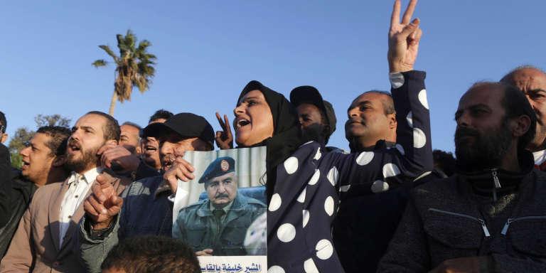 Dans l'Est libyen, manifestation de soutien au maréchal Haftar, l'homme fort de la Cyrénaïque en février 2017 à Benghazi.